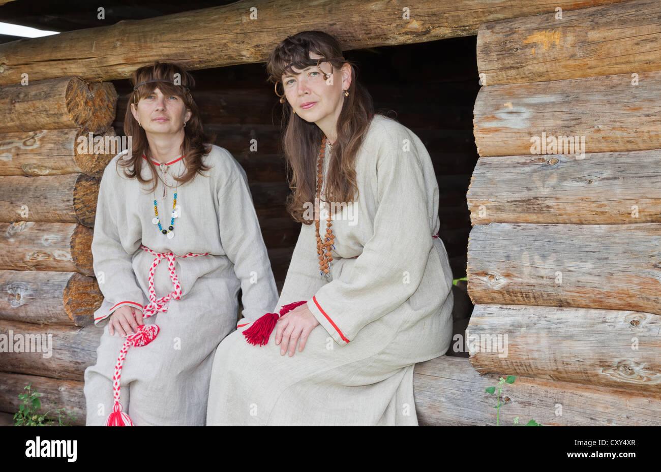 Zwei Weisse Frauen In Der Russischen Folklore Kleidung Stockfoto