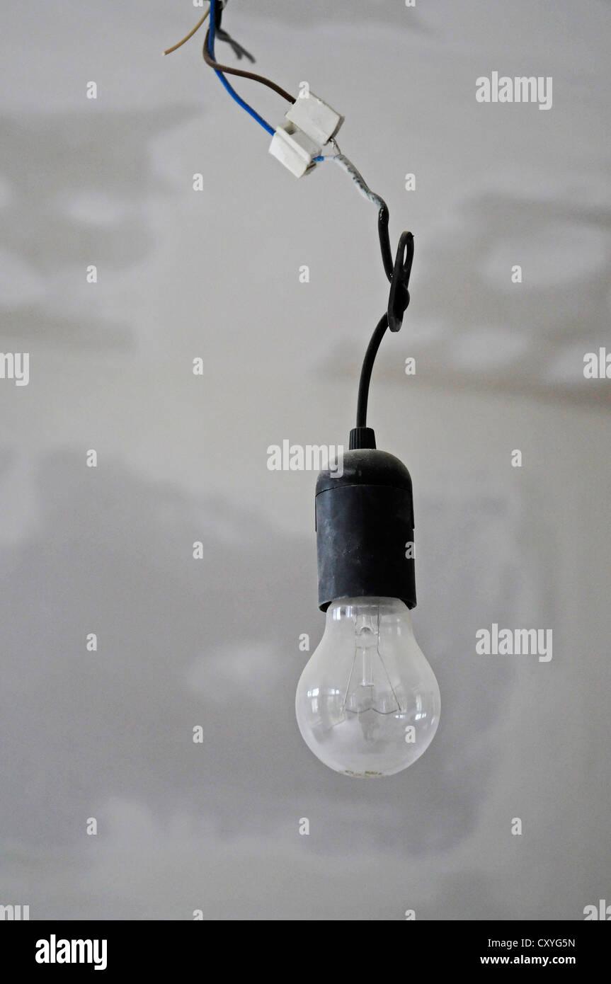 Glühbirne hängen von der decke gebäudesanierung stockfoto