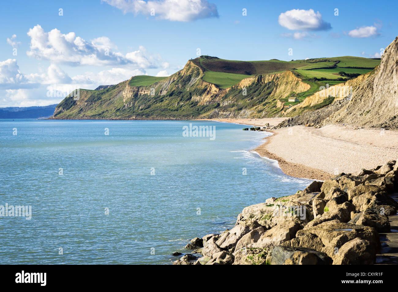 Blick entlang der Jurassic Coast - Blick von West Bay, die Bucht von Dorset in Richtung Charmouth, Dorset, Großbritannien Stockbild