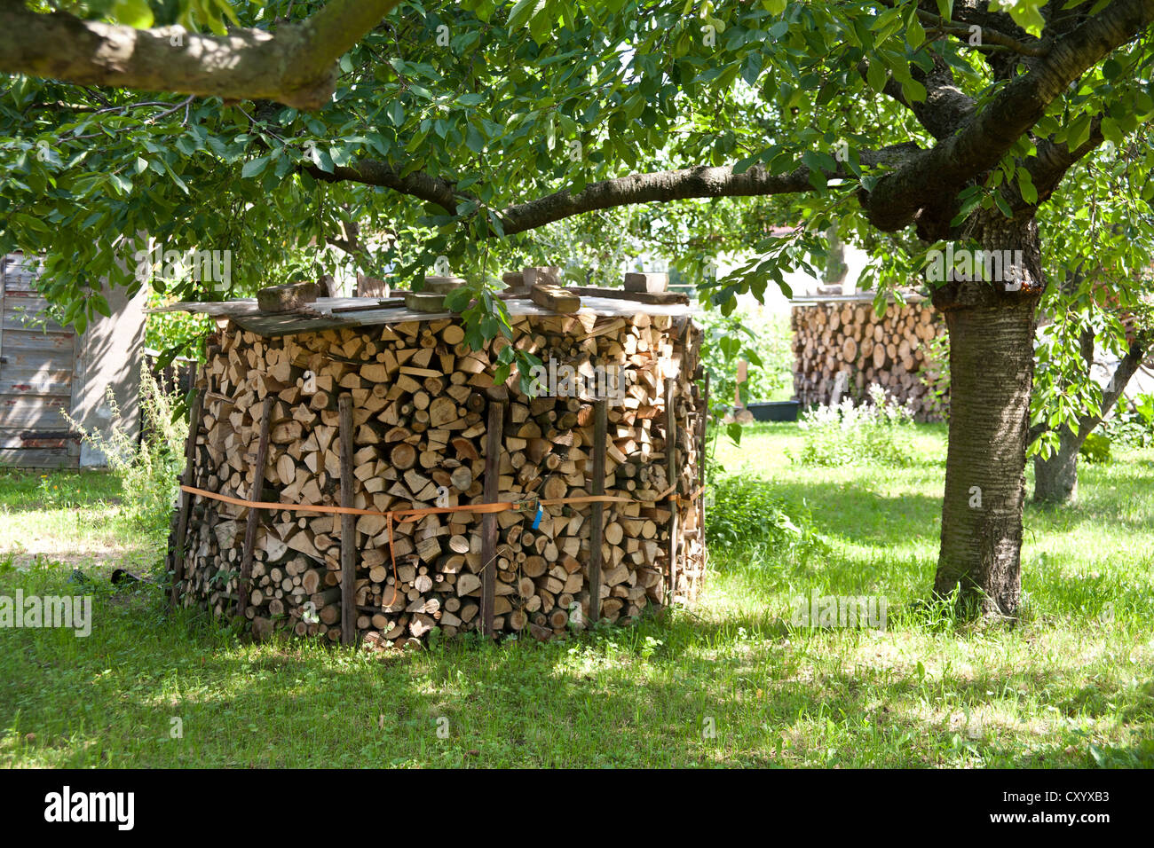Holz stapeln im garten brennholz versorgung f r einen - Kamin im garten ...