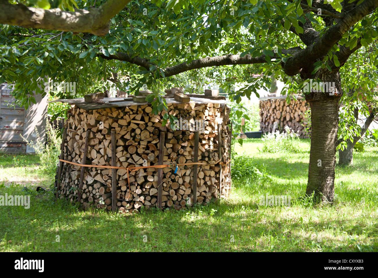 holz stapeln im garten brennholz versorgung f r einen kamin stockfoto bild 51015191 alamy. Black Bedroom Furniture Sets. Home Design Ideas