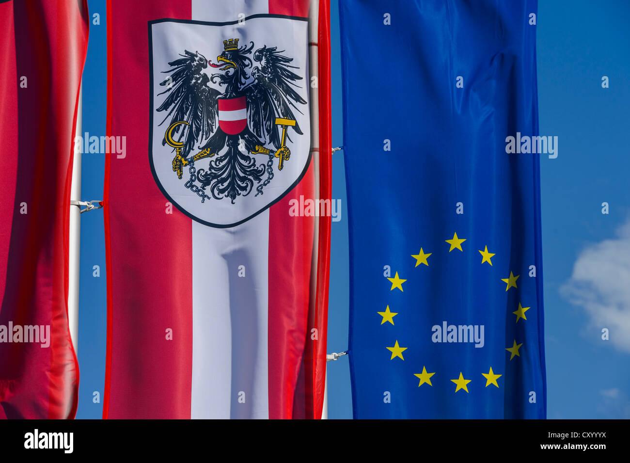 """Flaggen der Republik Österreich und der EU, Vorplatz des Museums """"Tirol Panorama"""" am Bergisel, Innsbruck, Stockbild"""