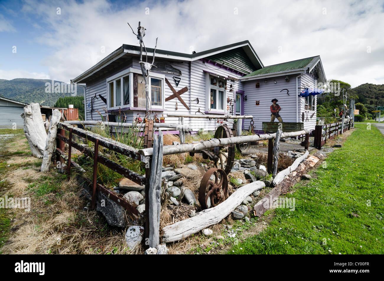 Touristenattraktion, schrulligen Haus verziert mit Wild-West-Utensilien, Kfz-Kennzeichen, Kuh- und Schafherden Schädel, Stockbild