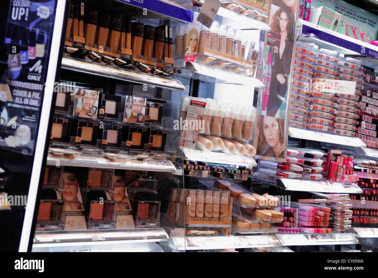 Kosmetik Regal in einem Schönheitssalon Stockbild
