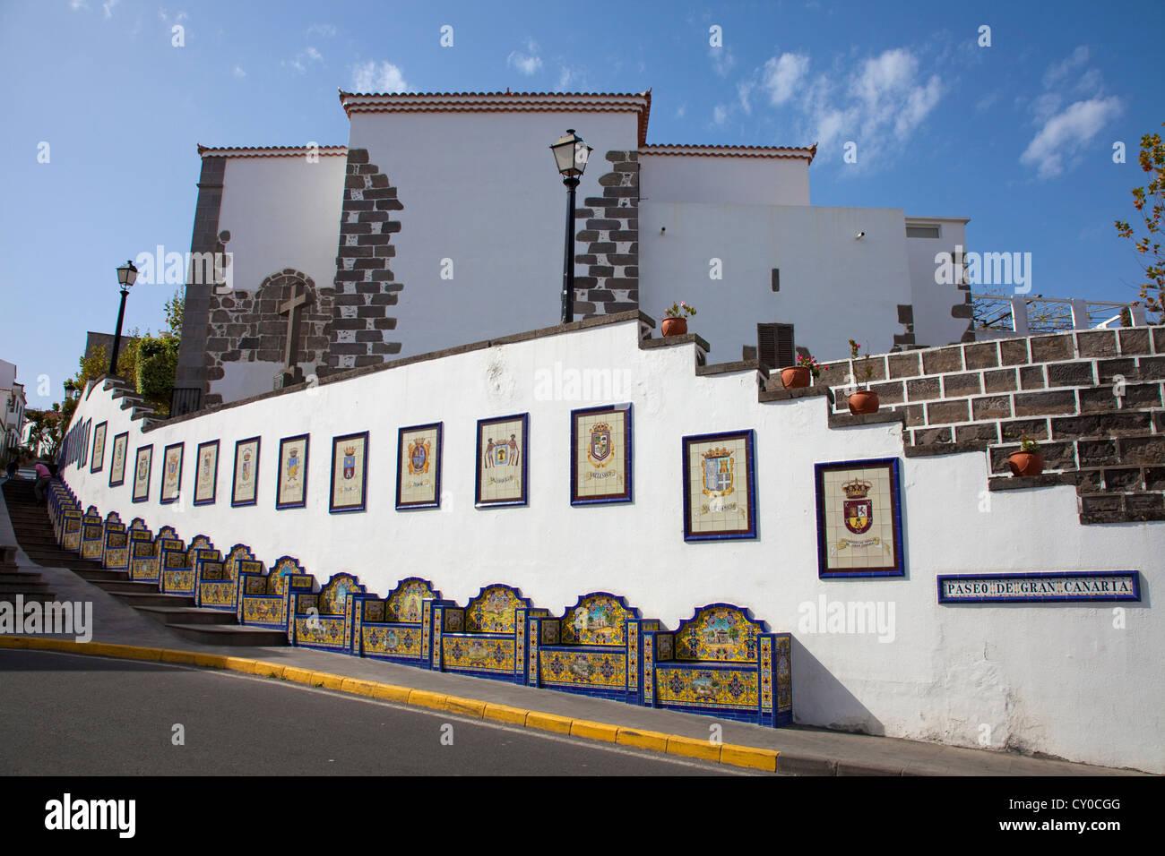 Strandpromenade Paseo de Canarias mit Bildern auf Fliesen, die 21 Gemeinden jeweils ein Bild auf Fliesen mit dem Stockbild