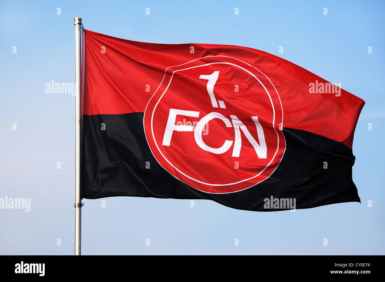 Wehende Flagge von der 1. FC Nürnberg Fußballverein vor blauem Himmel, Franken, Oberbayern Stockbild