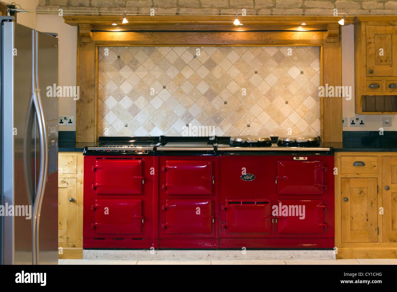 Aga Herd lebhafte rote doppel aga herd in einer gehobenen küche stockfoto