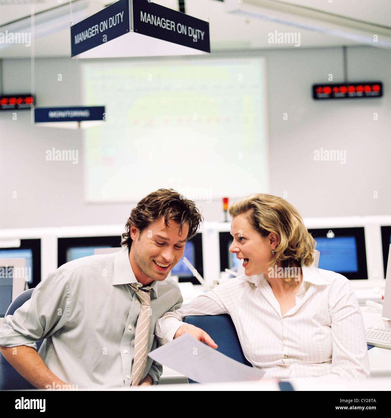 Geschäft Leute Rechenzentrum Control Center Mann Frau lizenzfrei außer anzeigen und Reklametafeln Stockbild