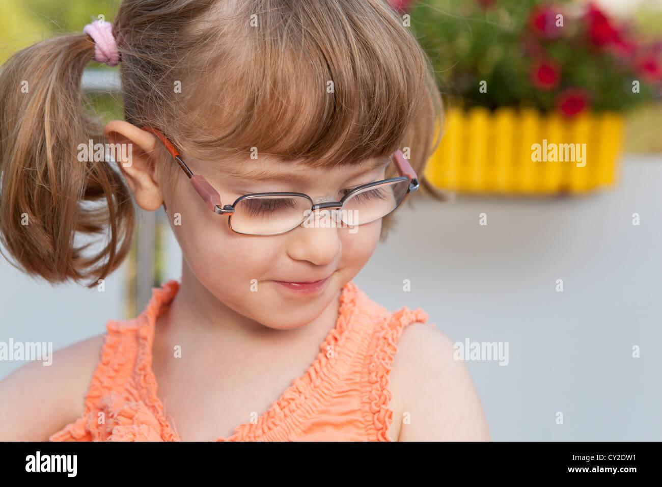 Kleines Mädchen schaut schüchtern Stockbild