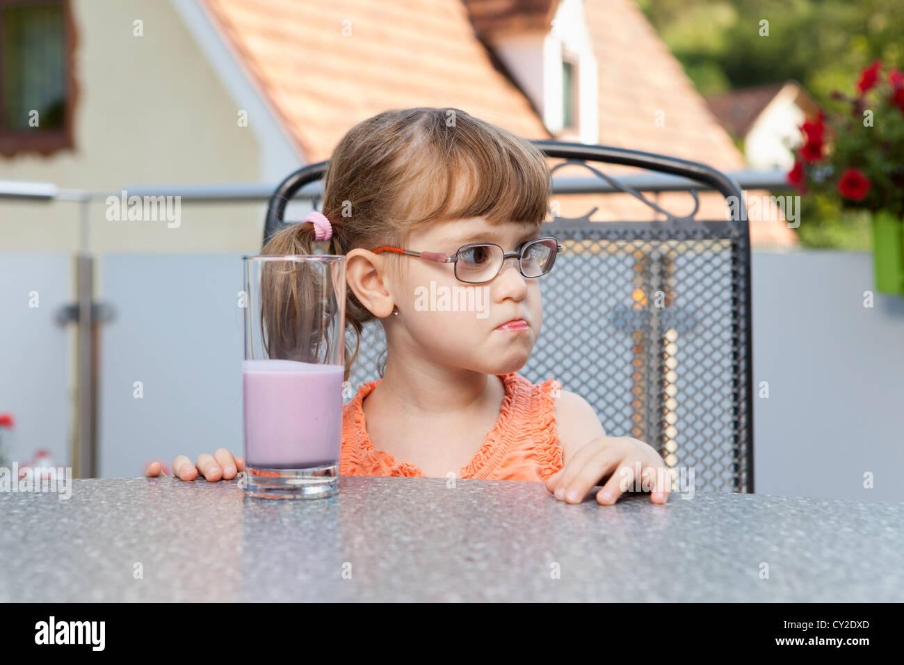 Kleines Mädchen ich neidisch auf die Seite Stockbild