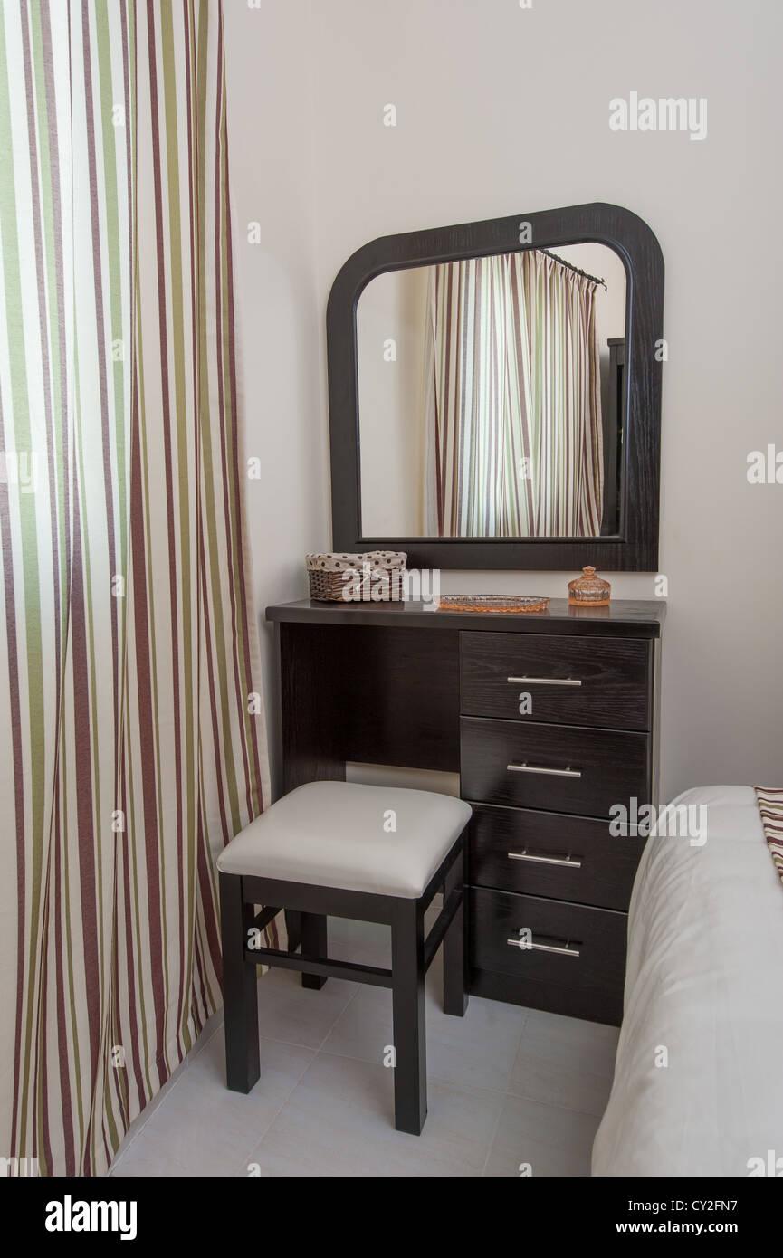 Schminktisch mit Hocker und Spiegel im Schlafzimmer Stockfoto, Bild ...