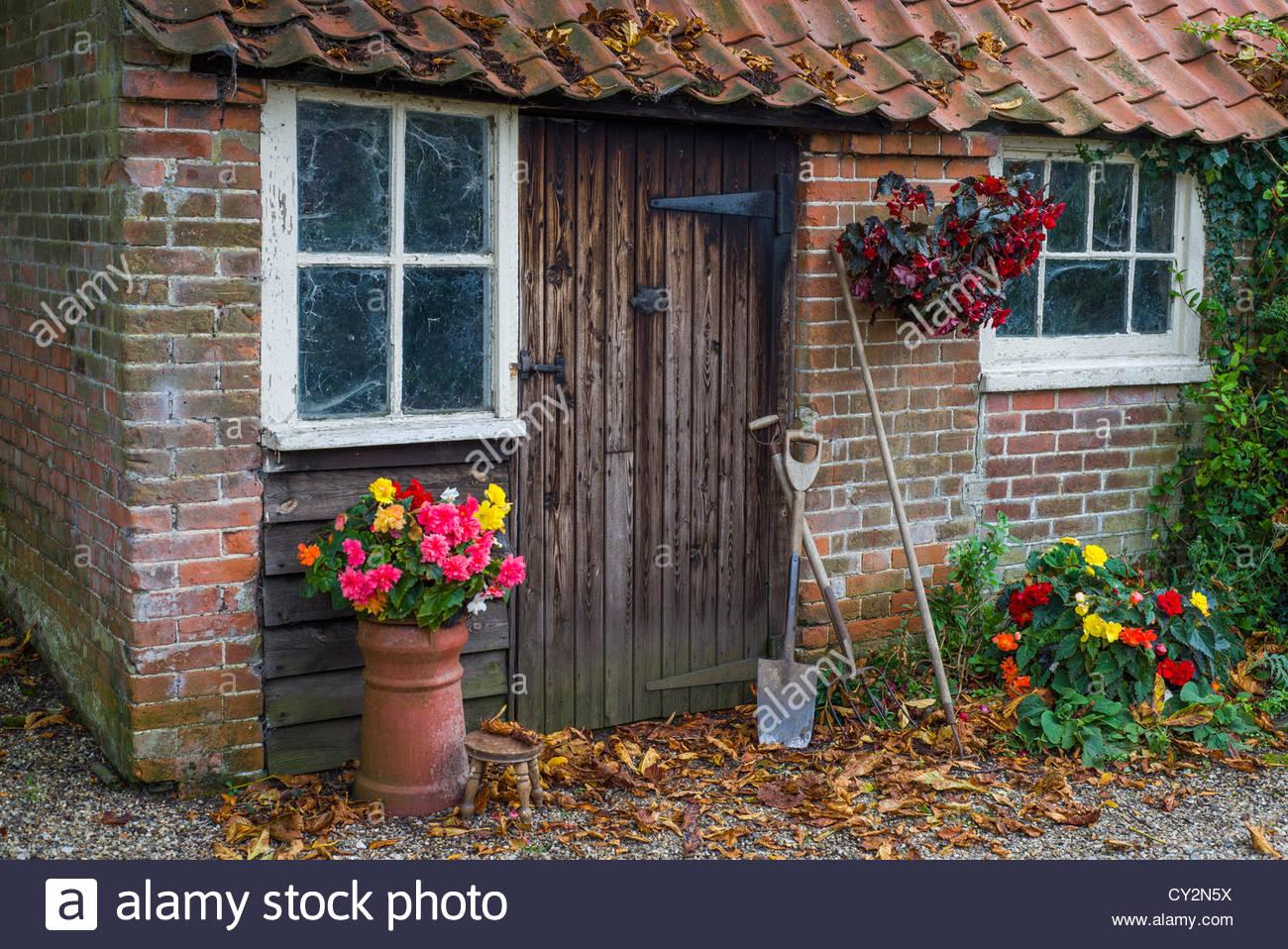 old brick garden shed stockfotos old brick garden shed. Black Bedroom Furniture Sets. Home Design Ideas