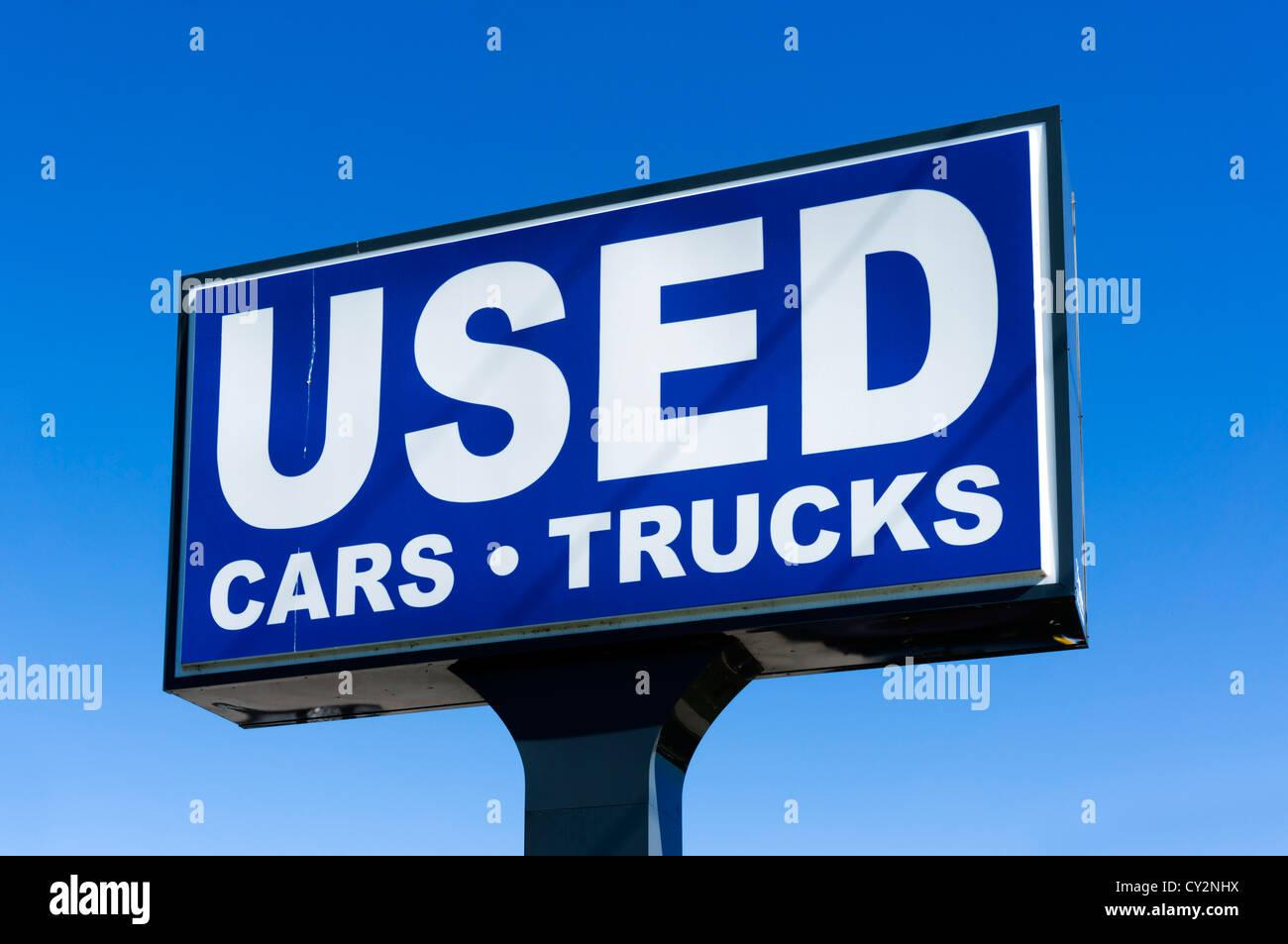 Gebrauchte Autos und Lastwagen zu unterzeichnen, bei Autohändler Florida, USA Stockbild