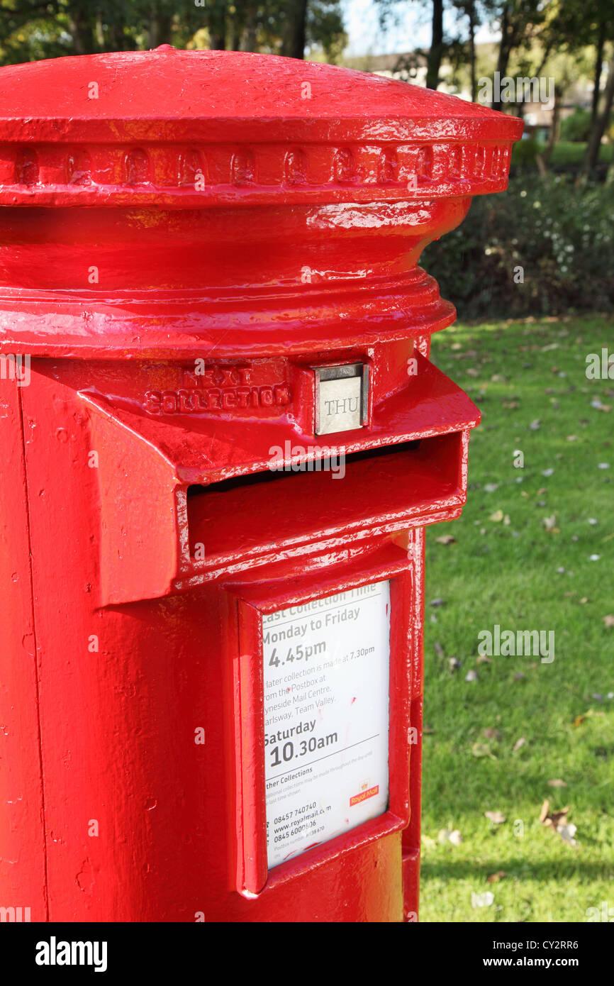 Detaillierte oder abstrakte Sicht auf einen Briefkasten aus Gusseisen rot England UK Stockbild