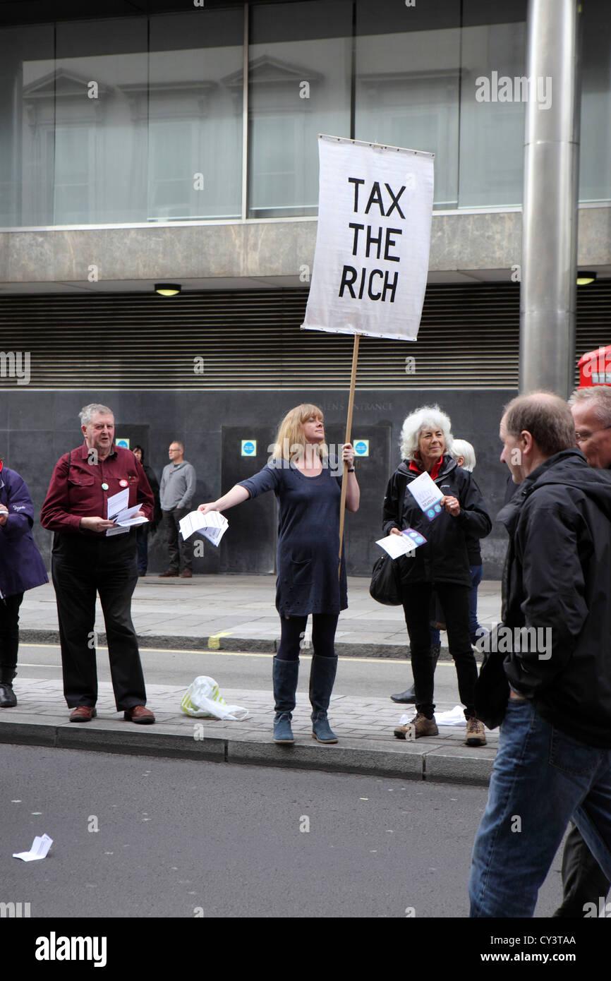 Eine Zukunft, die funktioniert, TUC März und Rallye. Steuern des Rich-Banners, Demonstration Frau Demonstrant Stockbild