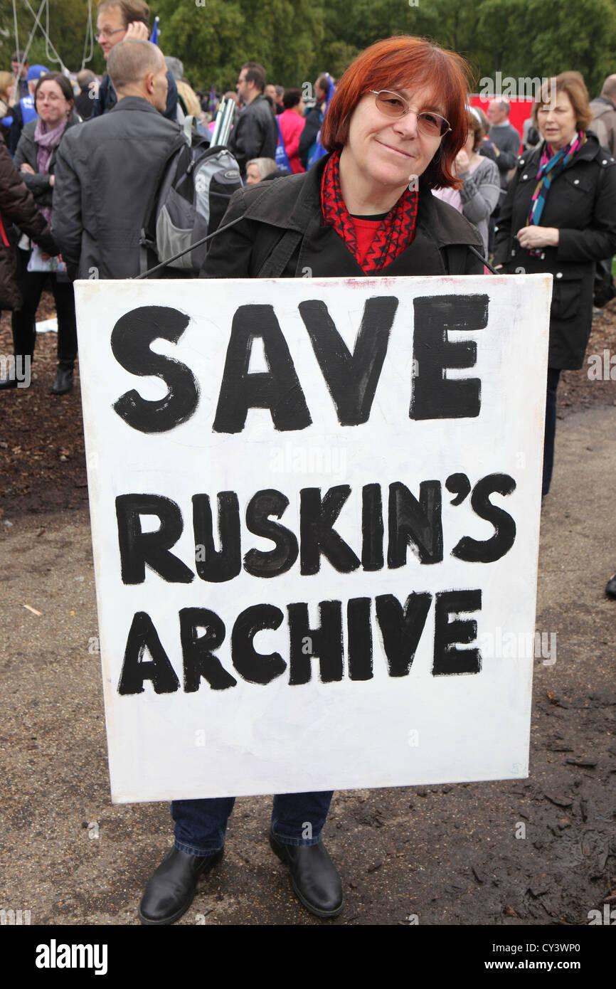 Ruskin Archiv zu speichern. Frau Demonstrant hält Plakat in Zukunft, dass Werke März & Rally, London Stockbild