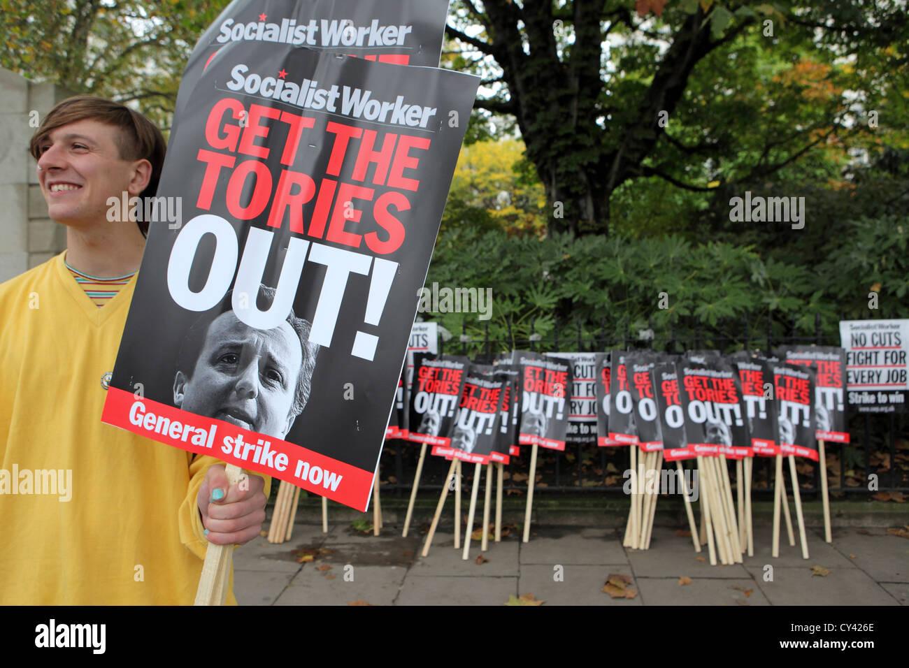 Junge männliche Demonstrant mit sozialistischen Arbeiter Plakat, in A Future, die Works, Rallye & März, Stockbild