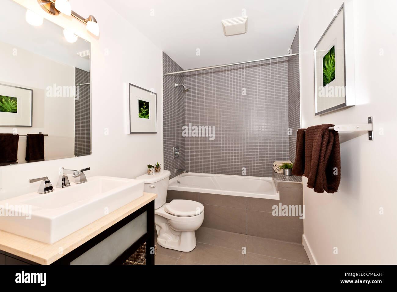 Innen drei Stück Badezimmer - Kunstwerke an Wänden sind vom Fotografen-portfolio Stockbild