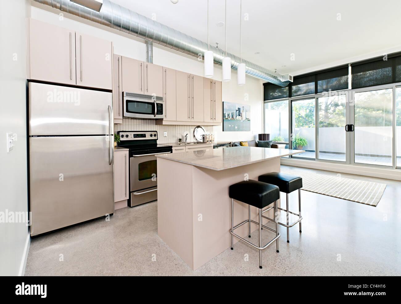 Küche und Wohnzimmer der Loft-Wohnung - Kunstwerk aus Fotograf portfolio Stockbild