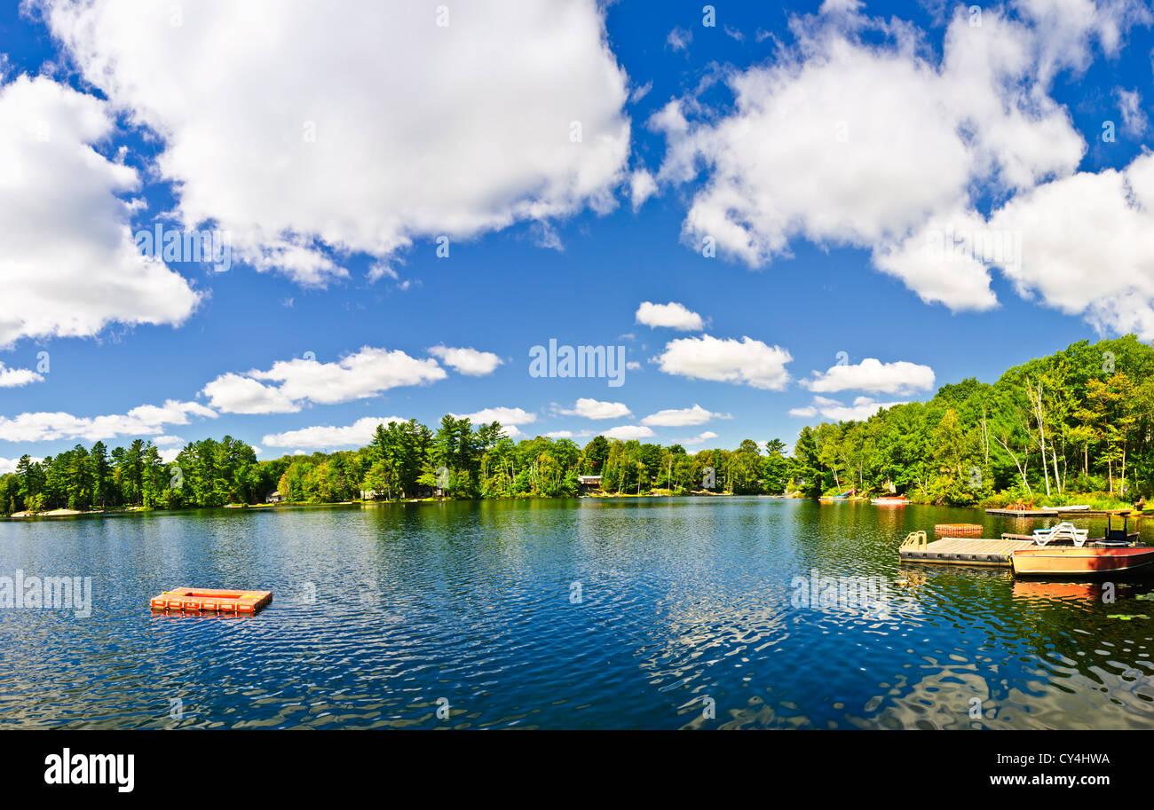 Schöner See mit Dock und Sprungturm in Ontario Kanada Ferienhaus Land Stockbild