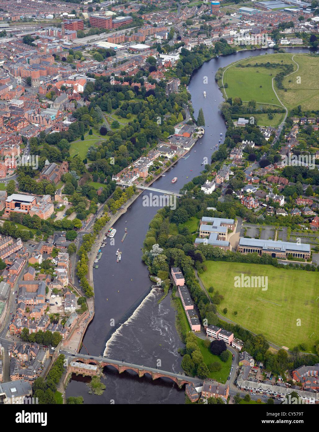 Chester und den Fluss Dee mit touristischen Boote auf dem Fluss, Cheshire, North West England Stockbild