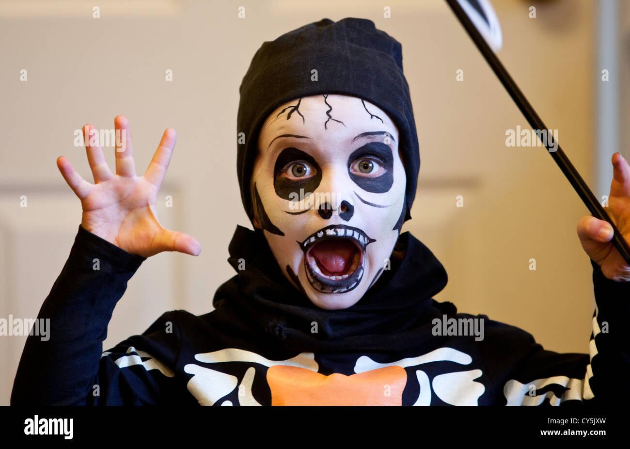 Halloween Gesicht, junges Kind mit Gesicht gemalt, furchtsames Gesicht Halloween, Kostüme für Kinder, halloween kostüm Ideen, jungen Halloween Kostüme. Stockfoto