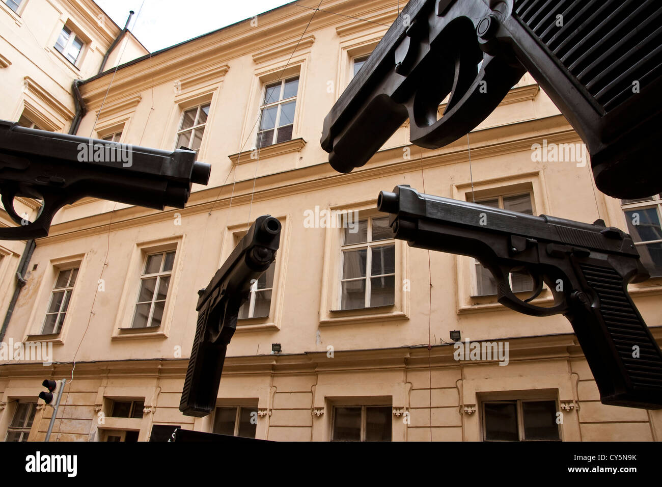Waffen-Statue des Künstlers David Cerny im Prager Artbanka Museum of Young Art in Stare Mesto Stockbild