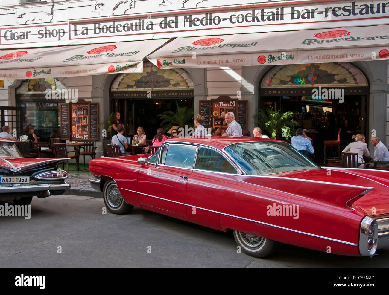 Oldtimer 60er Jahre am Prager La Bodeguita del Medio benannt nach Havanna Restaurant beliebt bei Ernest Hemingway Stockbild