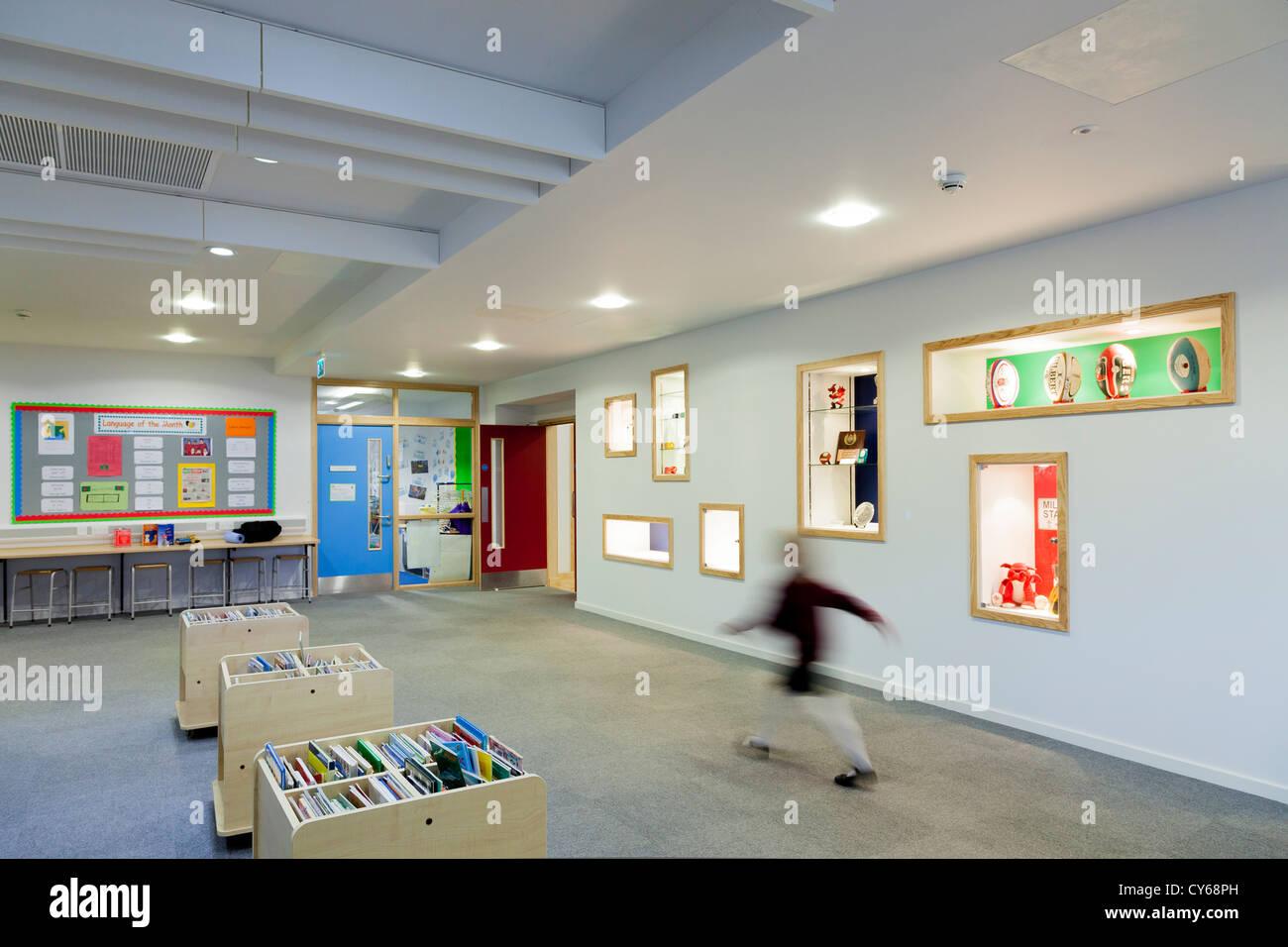 Verschwommene Kind zu Fuß durch Bibliotheksbereich der Grundschule. Stockbild