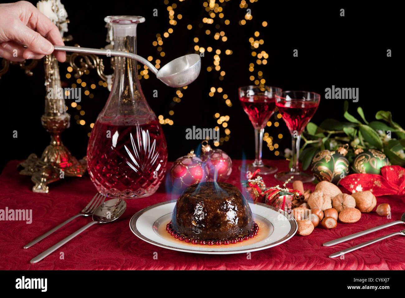 Hand-Portion Schnaps brennen, über Weihnachten oder Plumpudding Stockfoto