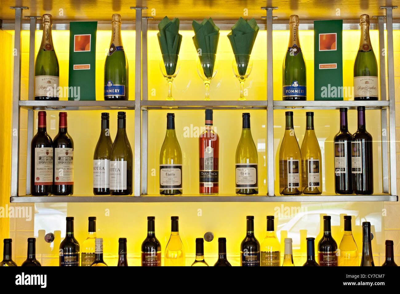 Bar Shelves Stockfotos & Bar Shelves Bilder - Alamy