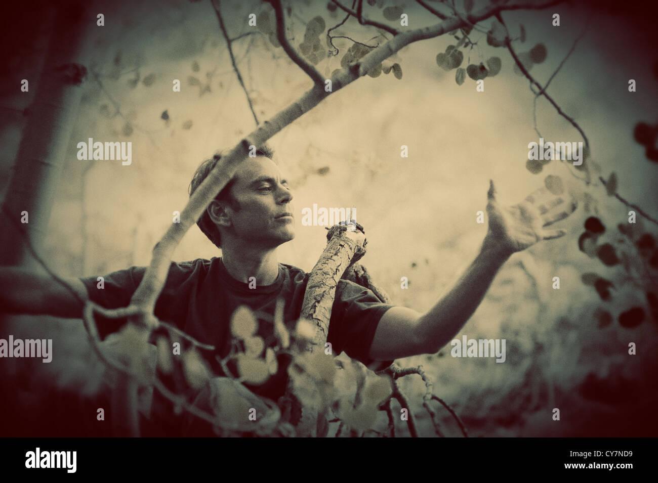 Einfühlsamer Mann poetische Liebe zur Natur zum Ausdruck zu bringen. Stockbild