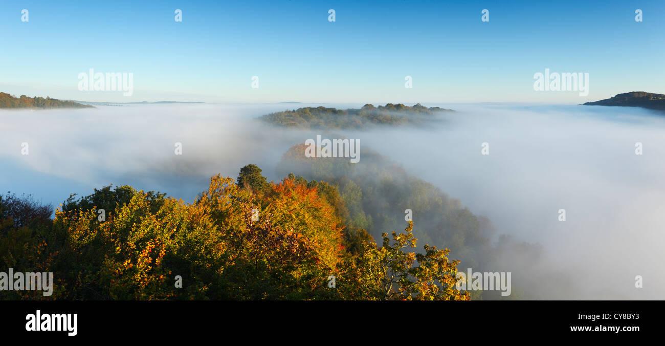 Nebel im Wye Valley am Symonds Yat. Herefordshire. England. VEREINIGTES KÖNIGREICH. Stockbild