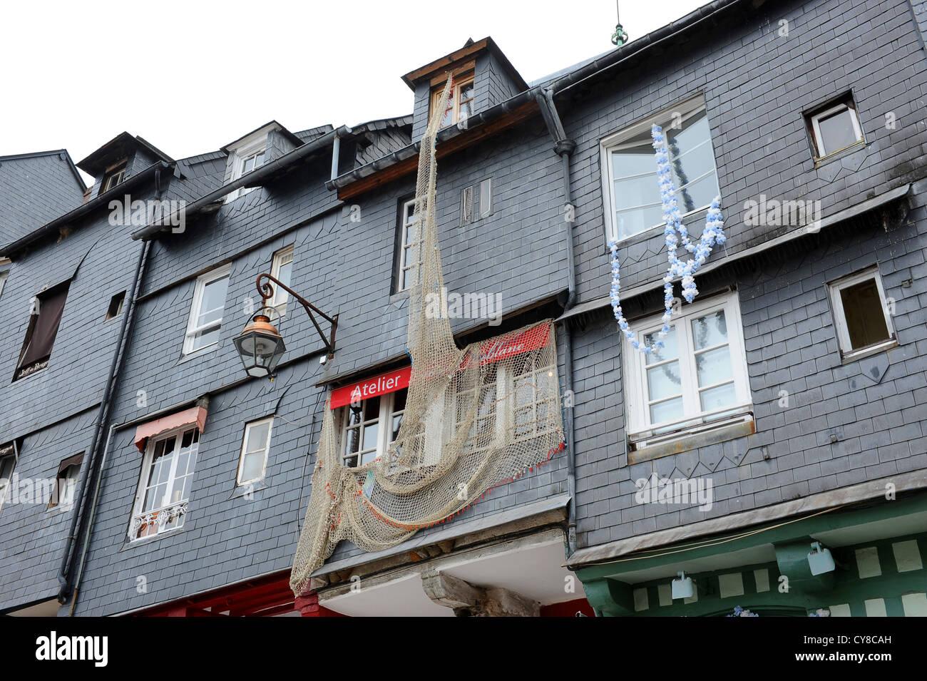 Fischernetze schmücken Häuser in Honfleur Normandie Frankreich ...