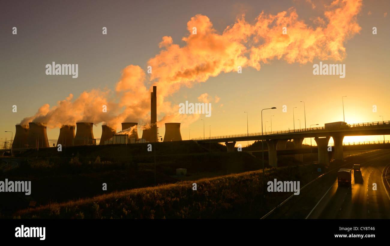 Ferrybridge Kohle betriebene Kraftwerk bei Sonnenaufgang durch Holmfield Kreuzung Verknüpfung der Autobahnen Stockbild