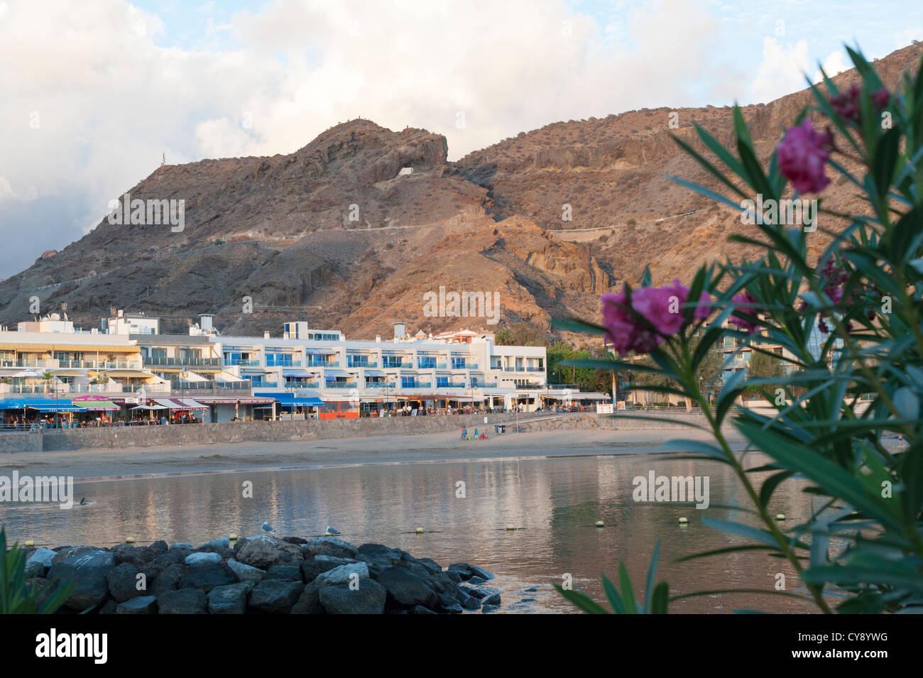 Direkt am Meer und Strand von Puerto de Mogan Gran Canaria Kanaren Spanien im Abendlicht Stockbild