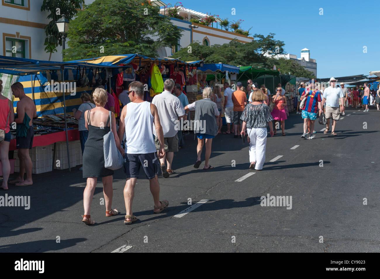 Menschen, die Einkaufen auf dem Markt in Puerto de Mogan Gran Canaria Kanaren Spanien Stockbild