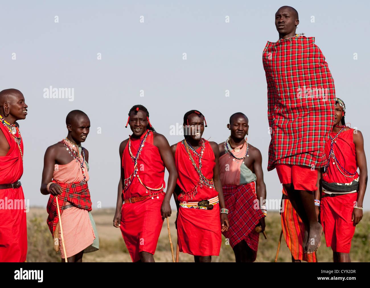 Massai Krieger Tanzen Und Springen Kenia Stockfoto Bild 51215971