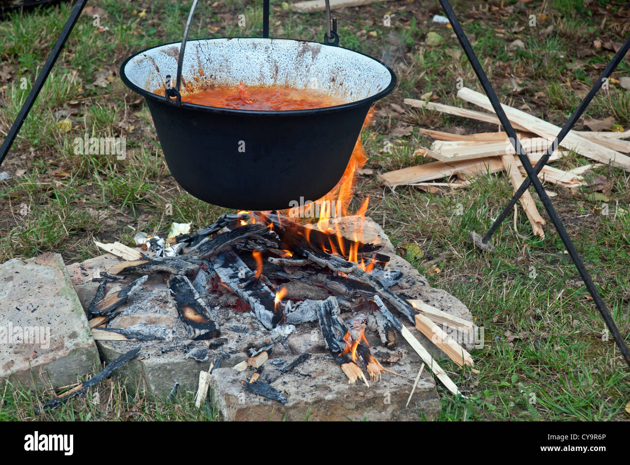 Gulasch in einem Kessel auf dem Feuer kochen Stockfoto, Bild ...