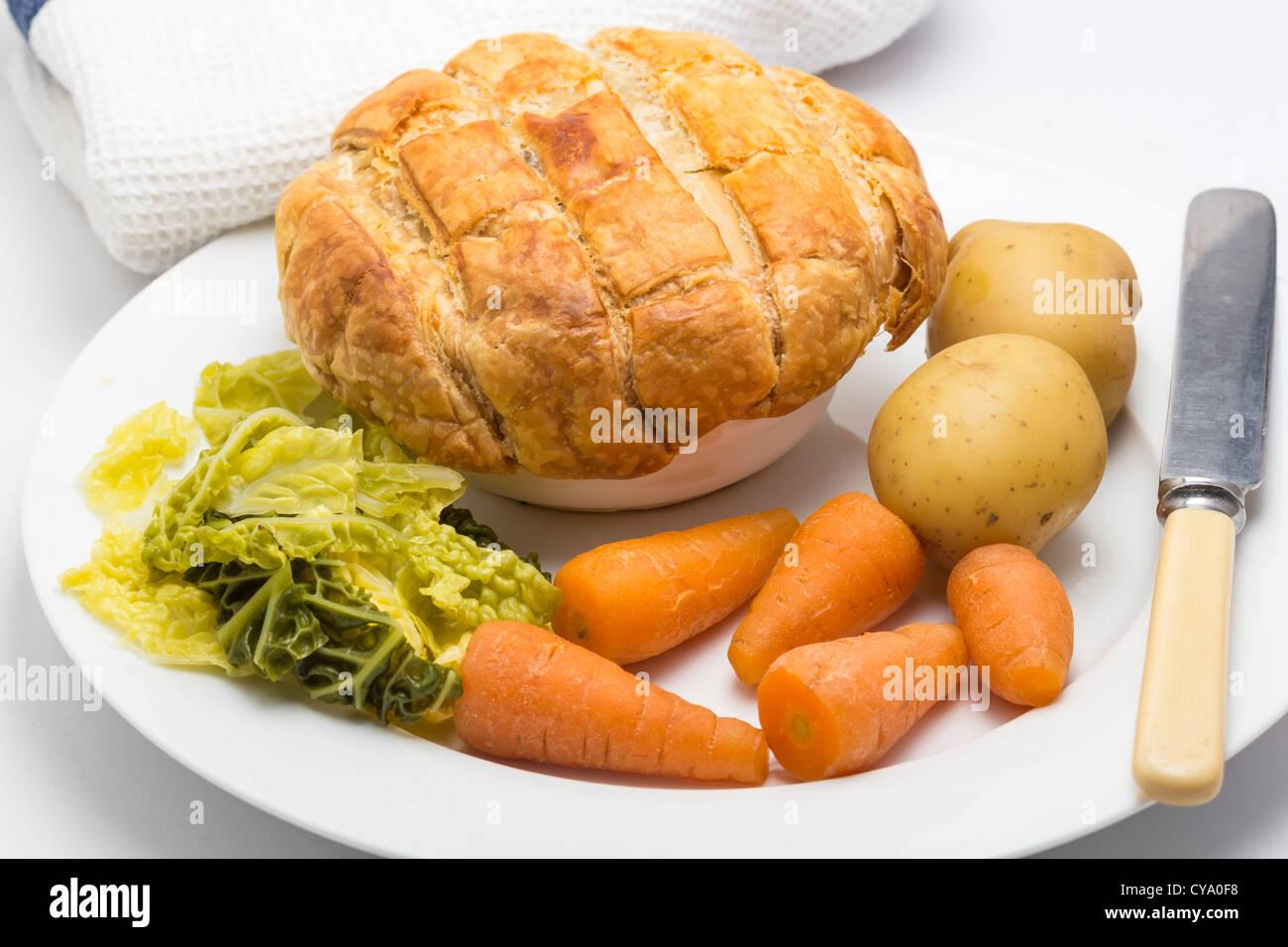 Steak und Ale Pie Karotten, Kohl und Kartoffeln Stockbild