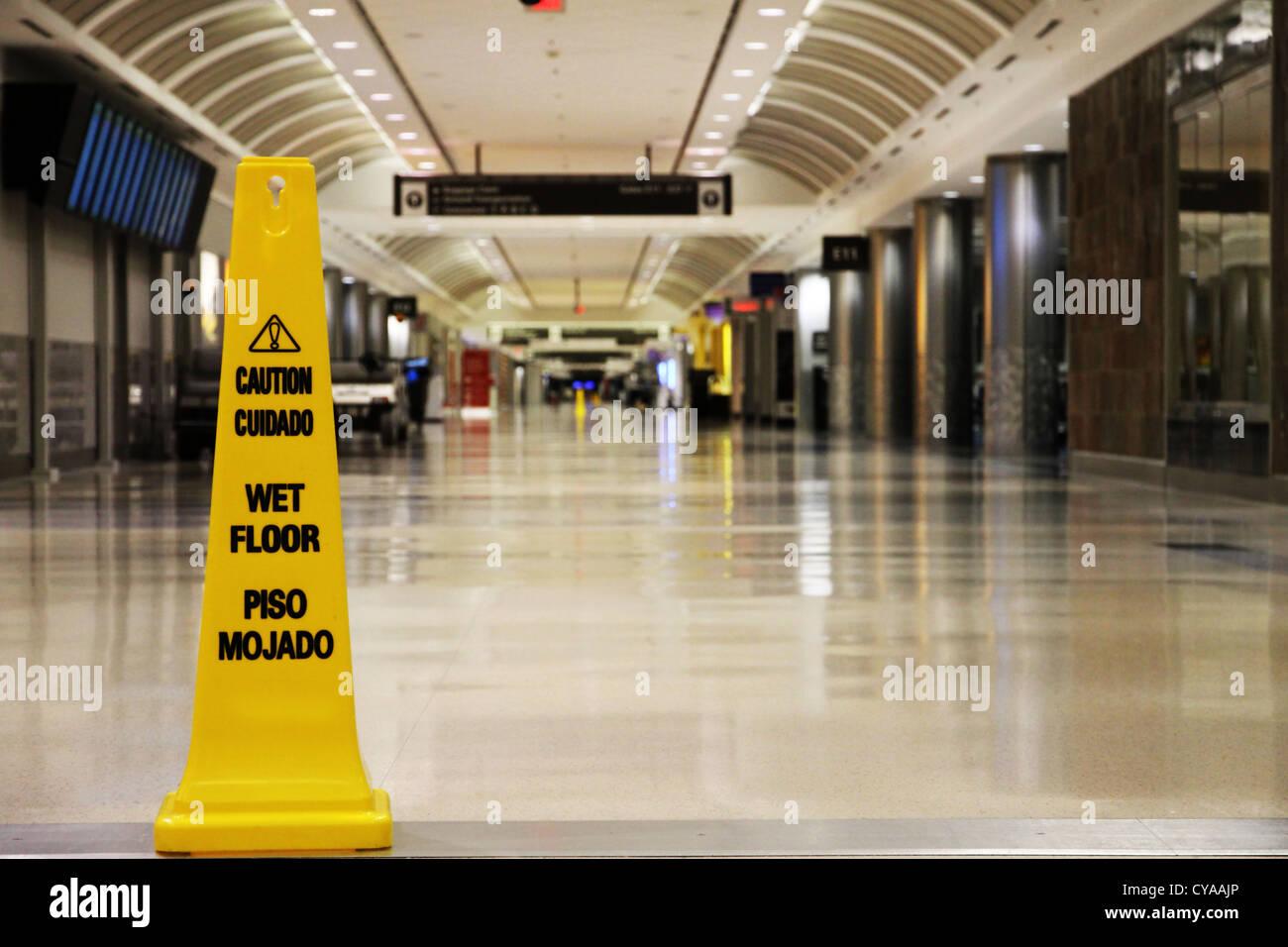 Ein Gelbes Nassen Boden Zeichen In Einem Leeren Flughafen