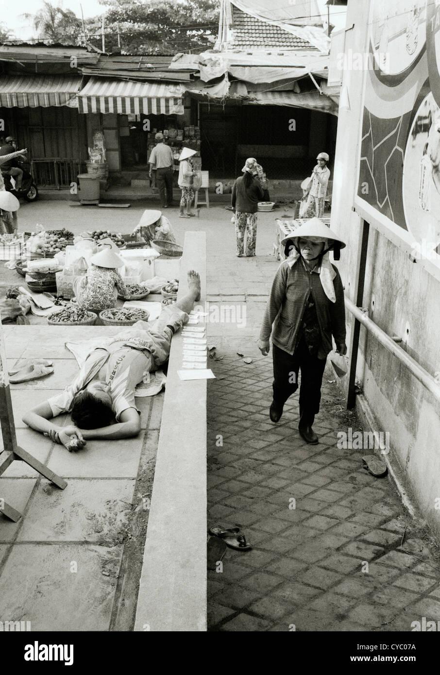Reise Fotografie-Straße von einem Mann schlafen in Hoi An in Vietnam in Südostasien im Fernen Osten. Reportage Stockbild