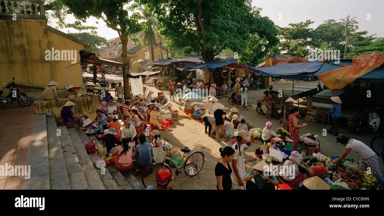 Traditioneller Markt Straßenszene in Hoi An in Vietnam in Fernost Südostasien. Menschen Reportage Bildjournalismus Stockfoto