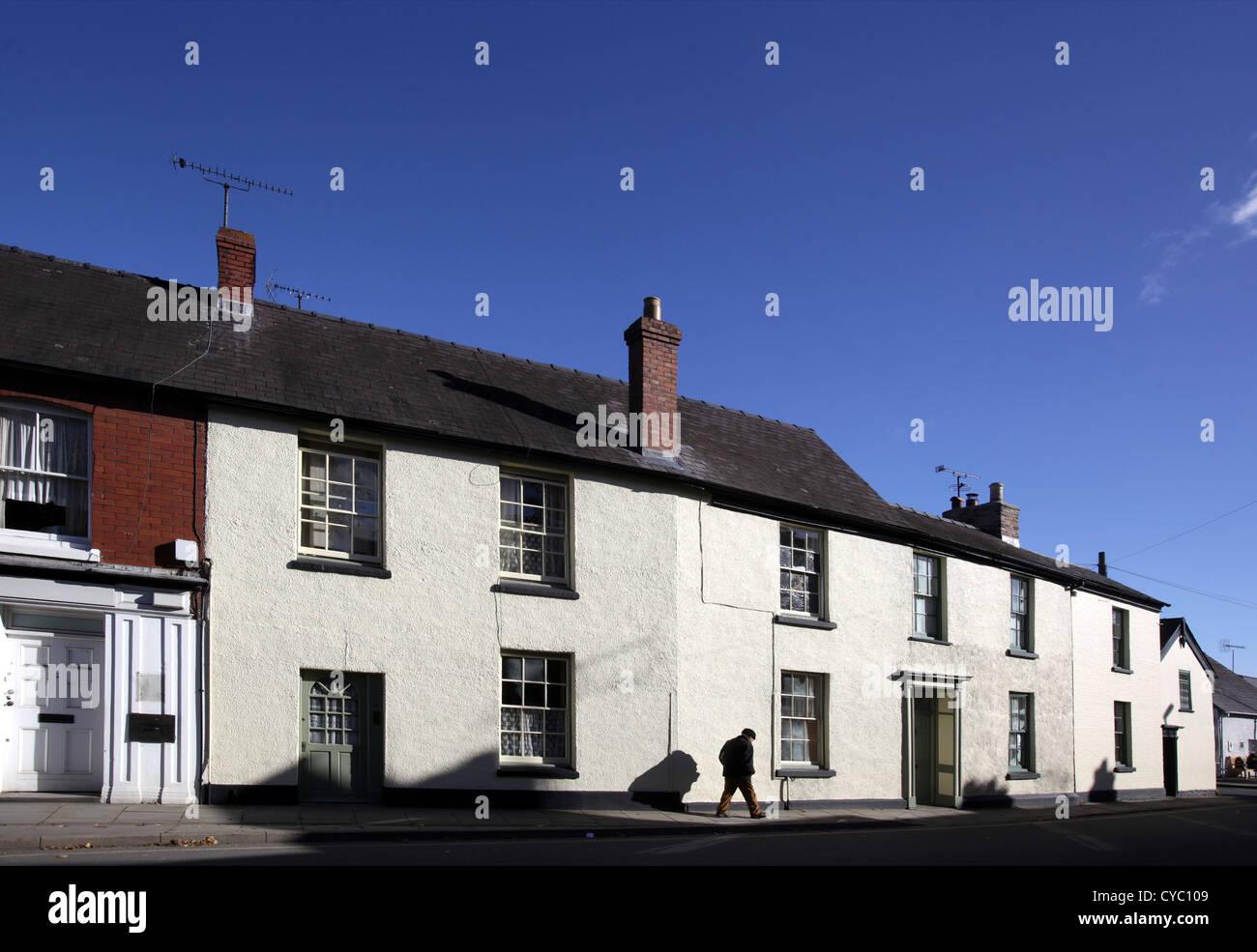 Häuser und einsame Gestalt Presteigne, Powys, Wales UK. Stockbild