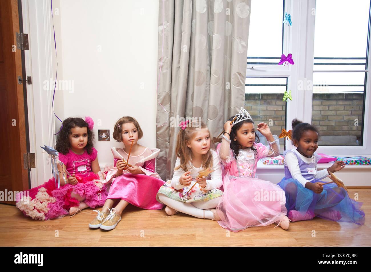 5 Jahre gekleidet Mädchen Geburtstagsparty alle wie Party-Kleidung ...