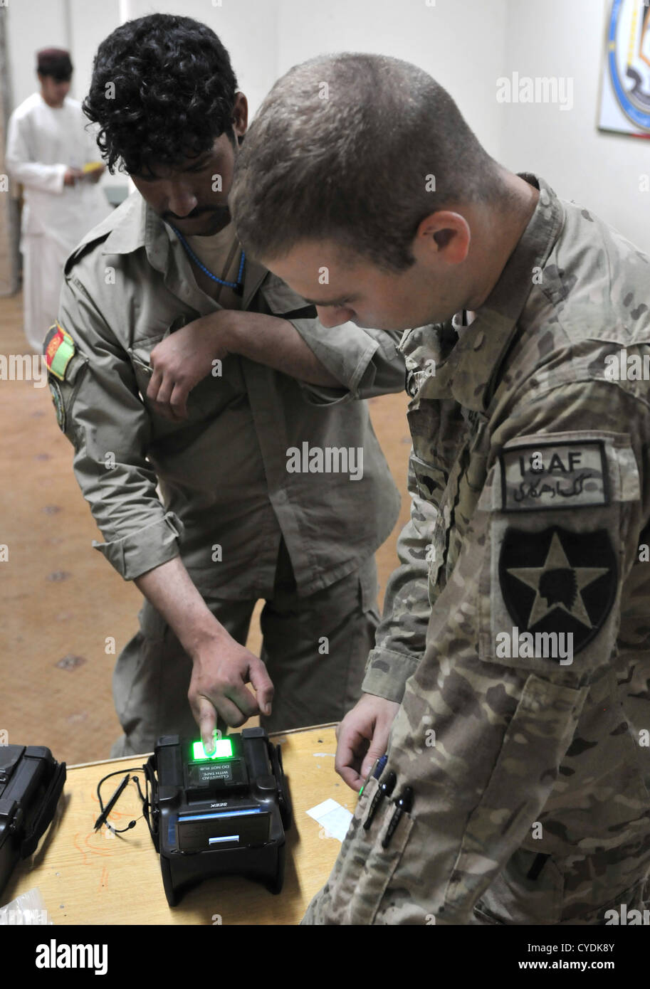 Ein afghanischer Polizist hat seine Fingerabdrücke gescannt unter Aufsicht der US Air Force 4. September 2012 Stockbild