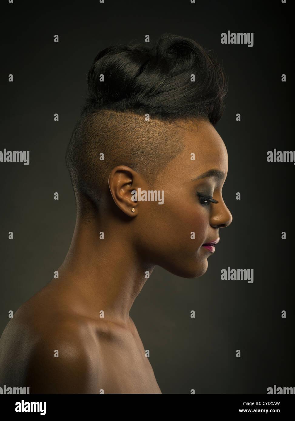 Frau Mit Stylischen Haarschnitt Kopf Rasiert An Den Seiten