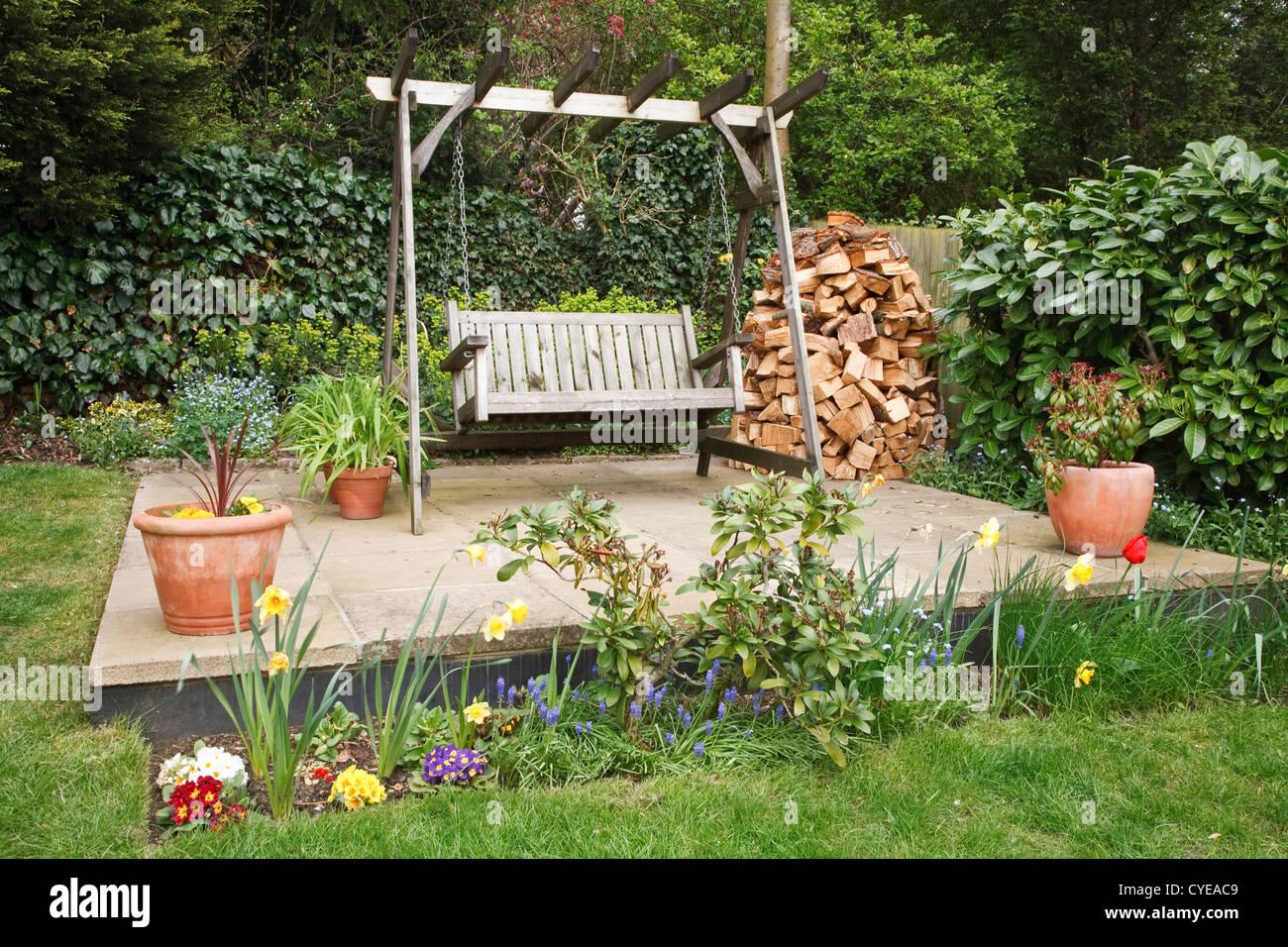 Entspannende Garten Terrasse Mit Schaukel Bank, Topfpflanzen Und Ein  Holzstapel