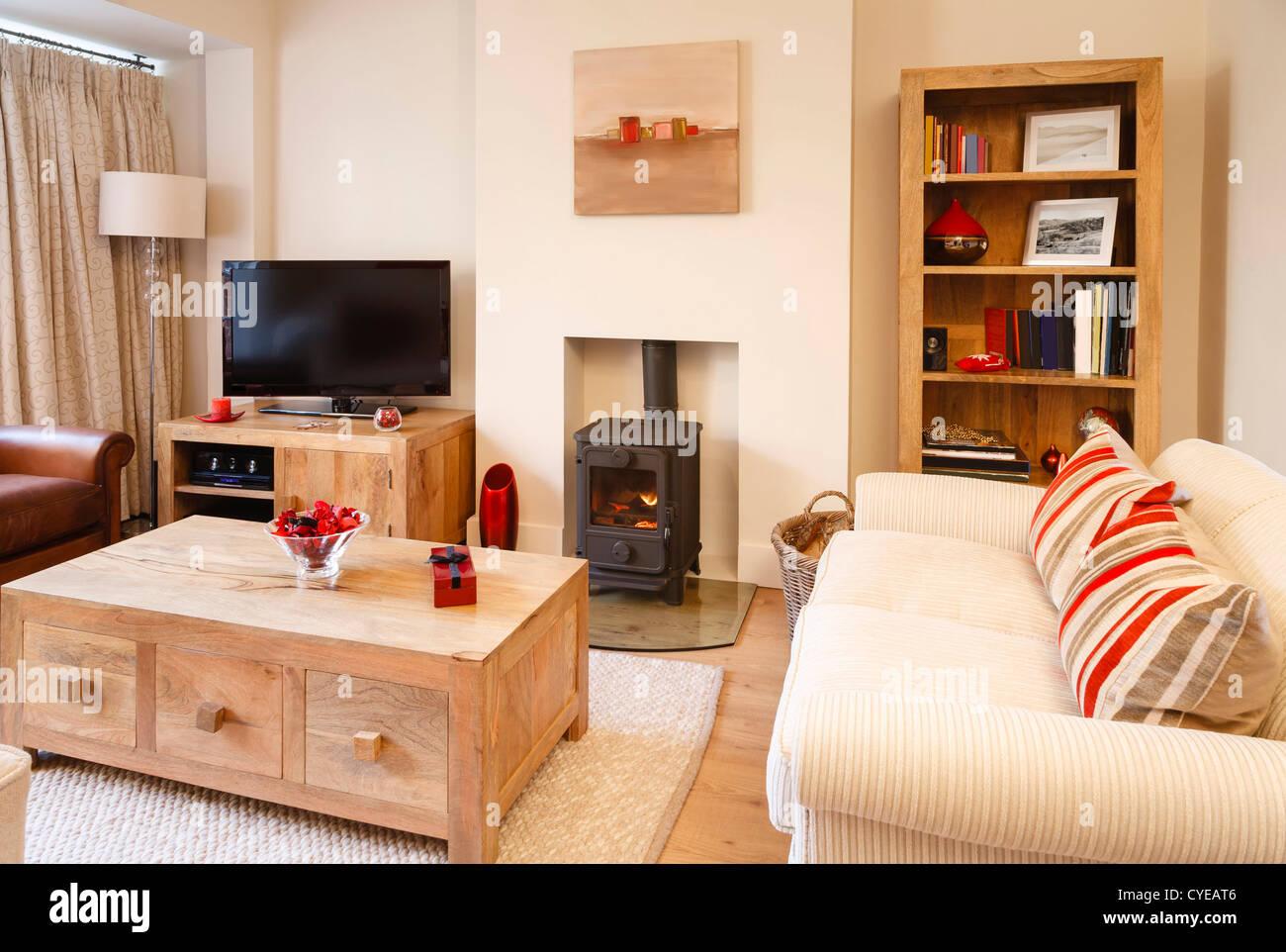Zeitgenössische Wohnzimmer mit neutralen Farben, Holzofen und ...