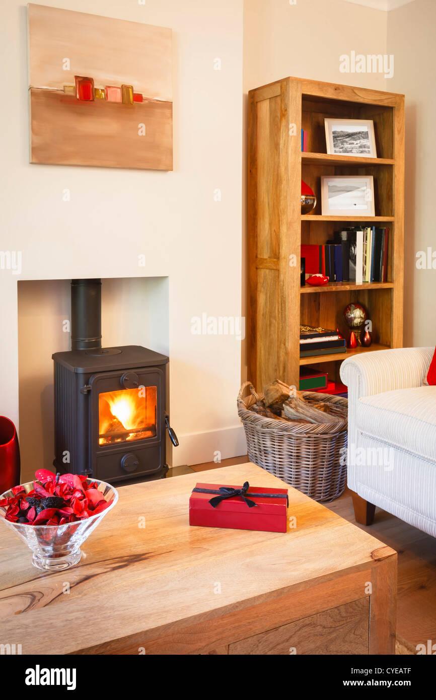 Modernes gemütliches Wohnzimmer mit neutralen Farben, Möbel ...